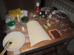 """La tegola """"La Baita"""": stesura del colore acrilico che si è scelto come base per la tegola"""