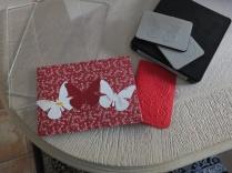 Biglietto decorato con farfalle e biglietto stampato a rilievo