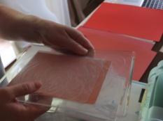 """Formare il """"sandwich"""" con il pannello di plastica, il cartoncino e i due pannelli in acrilico"""