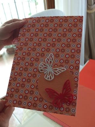 Biglietto con decorazioni: due farfalle ed un cartoncino a forma di cerchio con motivo a fiori