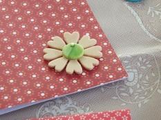 Le decorazioni: fiore in gomma crepla e bottone in madreperla