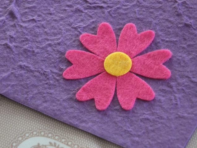 Le decorazioni: fiore realizzato con pannolenci